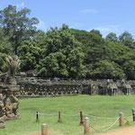 hilera de garudas en la Terraza de los Elefantes de Angkor
