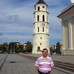 desde la Catedral de Vilnius con la Torre Campanario al fondo