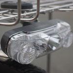 1WホワイトLEDを装備。カゴ下に装備することにより、対向車などに視認されやすく、安全です。