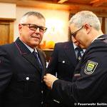 Brandmeister Peter Bacher erhält die Auszeichnung für 40 Jahre Feuerwehrdienst