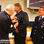 HFM Alwin Gönner und LM Jürgen Keller werden mit dem Ehrenzeichen des Landes Baden-Württemberg in Gold für 40 Jahre Dienst ausgezeichnet