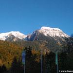 Blick vom Hotelparkplatz auf die Berge