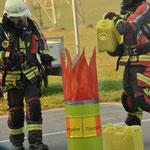 Angriffstrupp löscht den brennenden Titanspäne-Behälter mit Sand ab