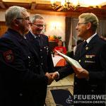 OBM Franz Platzer und HFM Manfred Schmid erhalten die Urkunde und das Feuerwehr-Ehrenzeichen des Landes Baden-Württemberg in Gold für 40 aktive Dienstjahre