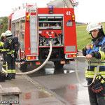 Im Vordergrund ist der Fahrzeugführer des LF10/6 bei der Atemschutzüberwachung zu sehen