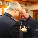 Oberlöschmeister Bernd Mink erhält die Auszeichnung für 40 Jahre Feuerwehrdienst
