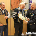 OLM a.D. Horst Roos und LM a.D. Helmut Müller erhalten die Ehrenurkunde des Kreisfeuerwehrverbandes sowie ein Weinpräsent für 50 Jahre Mitgliedschaft in der Feuerwehr