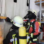 Angriffstrupp betritt, nachdem der Rauchvorhang gesetzt wurde, den Übungsraum.
