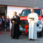 Vikar Brandt und Pastoralreferent Krause weihen das Fahrzeug