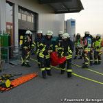 Transport eines Verletzten mittels Tragetuch zum Übergabepunkt
