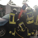 Der Verunfallte Fahrer wird mittels Rettungsbrett aus dem Fahrzeug gerettet