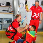 """Notarzt Alex und Rettungssanitäter Stephan bereiten die """"Rettung"""" vor"""