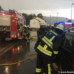 Rettungsarbeiten am Unfallfahrzeug