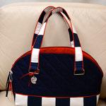 Marine Look in blau/weiß mit roten Verzierungen