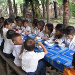 カンボジアの子ども達に教育と給食を提供
