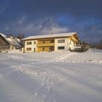 Blick von der Wiese aus auf das Haus mit der Ferienwohnung - Fewo