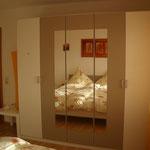 Panorama-Schlafzimmer - Blick aufn 5-Türigen Kleiderschrank u Papier-Stehlampe