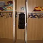 Panorama-Schlafzimmer - Blick aufn 5-Türigen Kleiderschrank innen