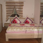 Schlafzimmer-2 Sonoma mit Fenster Kleiderschränken, Kommode, Waschbecken mit Spiegel Lampe Steckdose Seifenspender Stehlampe Zahnputzgläsern Handtuchtrockner Kleiderbügel