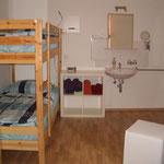"""""""Hütten-""""Schlafzimmer-3 mit 1-Doppelbett (1,80 x 2m) u 1-Etagenbett (90cm x 2m) u Waschbecken mit Spiegel usw."""
