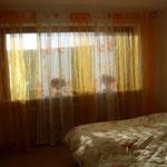 Panorama-Schlafzimmer - Blick übers Doppelbett aufs Panoramafenster