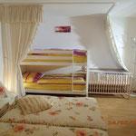 Panorama-Schlafzimmer - Blick auf das Etagenbett 90cm x 2m u Baby-Gitterbett