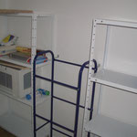 Speiskammer, Weiße Metall-Steck-Regale und Wasserkasten Ständer Mülltrennsystem