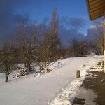 Ausblick von der Terrasse auf die Wiese und den Wald aufn Kaitersberg