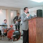 El Pastor General felicita a los pastores y a la congregación