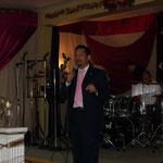 Pastor General testifica las bendiciones que Dios ha dado.