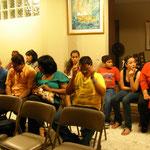 Grupo de pastores y familia adorando en el culto