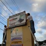 Montando el letrero de la iglesia Misión Pastoral