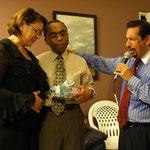 El Dr. Candelaria ora por los esposos Sostres en su Aniversario de Bodas