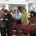 El equipo pastoral reunido adorando