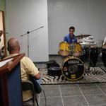 Felix y grupos de musicos ensayan para la inauguracion