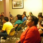 Grupo de pastores y familia adorando
