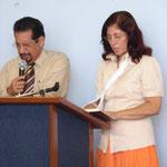 La Hna. Norma Andino dirige las devociones en el nuevo local de la Iglesia Misión Pastoral