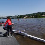 Franzi beim Ablegen unter schwierigen Bedingungen - starke Strömung, kräftige Wellen
