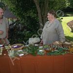 Sylvie et Jérémie présentent un atelier d'herboristerie antique.