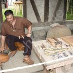 Pascal actionne le soufflet de son four de bronzier d'où sortiront de merveilleux objets