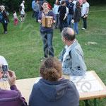 Marie propose au public quelques morceaux traditionnels à l'accordéon diatonique