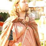 Le barde Julien invite le public à remonter pour la vendange.