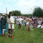 Philippe entraine le public pour accueillir comme il se doit l'empereur et les gladiateurs.
