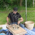 Jean-Yves le vannier crée de superbes paniers en osier face au public