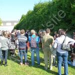 Les visiteurs se rendent dans la partie basse du site pour écouter les explications des gladiateurs.