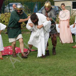 Les gardent fouillent Probus qui a dérobé le glaive. Probus est emmené et emprisonné.