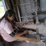 Et Auphéline qui à l'aide de tablettes réalise une ceinture en laine.