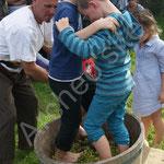 Ce sont aussi les enfants qui foulent le raisin aux pieds.