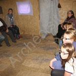 Les enfants attendent l'histoire du médaillon maudit