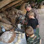 Et notre sympathique Régine propose aux enfants curieux ses délicieux petits pains cuits dans les fours en torchis.